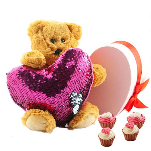 beer humphrey met een roze lovertjes kussen en cupcake bonbons